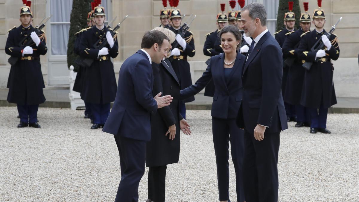 El Coronavirus Provoca Un Saludo Sin Contacto Directo Entre Macron Y Su Esposa Y Los Reyes En Su Visita A Paris