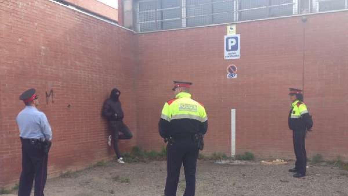 5 Encapuchados Rompen Una Urna En La Escuela De Hostelería De Girona Al Grito De Viva España
