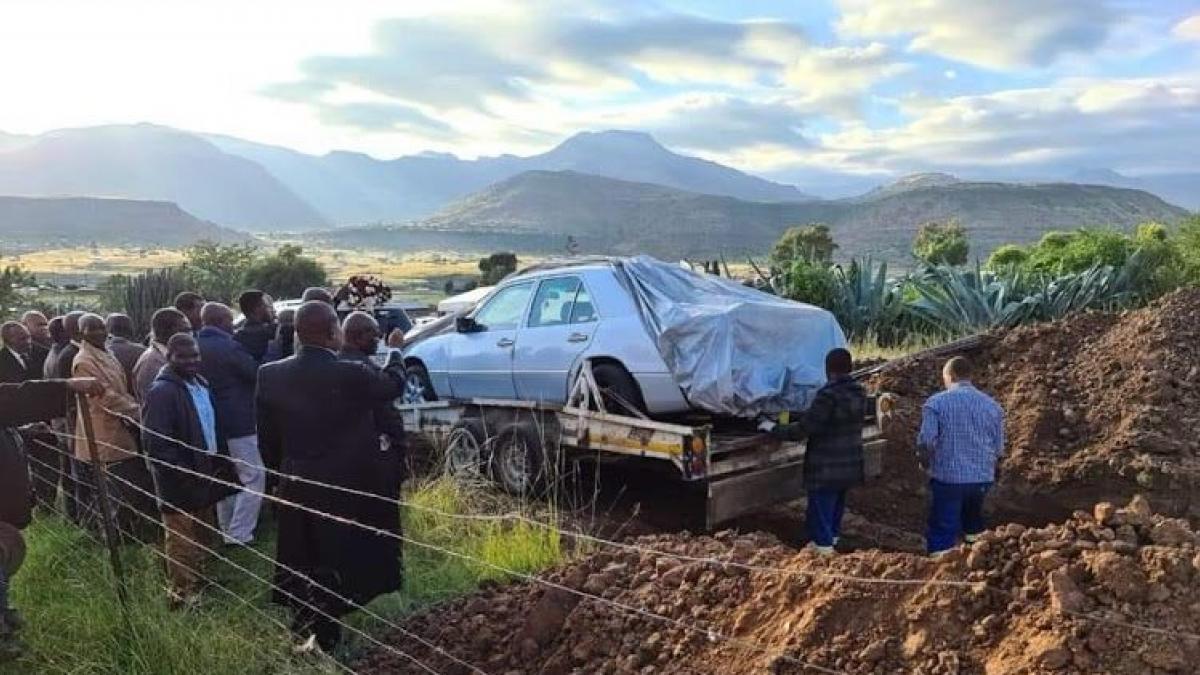 Un político sudafricano es enterrado dentro de su amado Mercedes