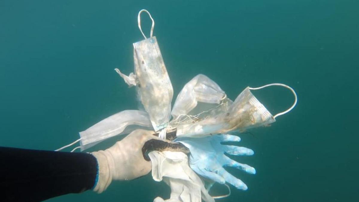 Guantes y mascarillas encontradas en la Costa Azul francesa.