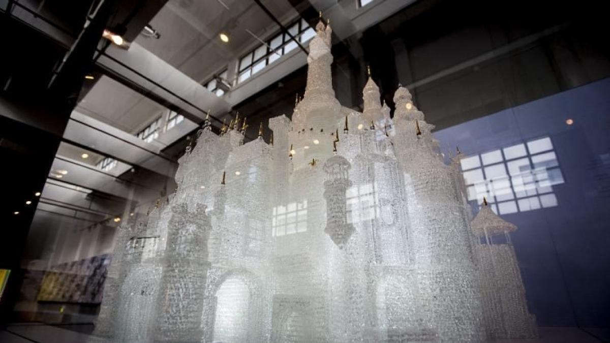 Dos niños rompen jugando en un museo el castillo de vidrio soplado ...