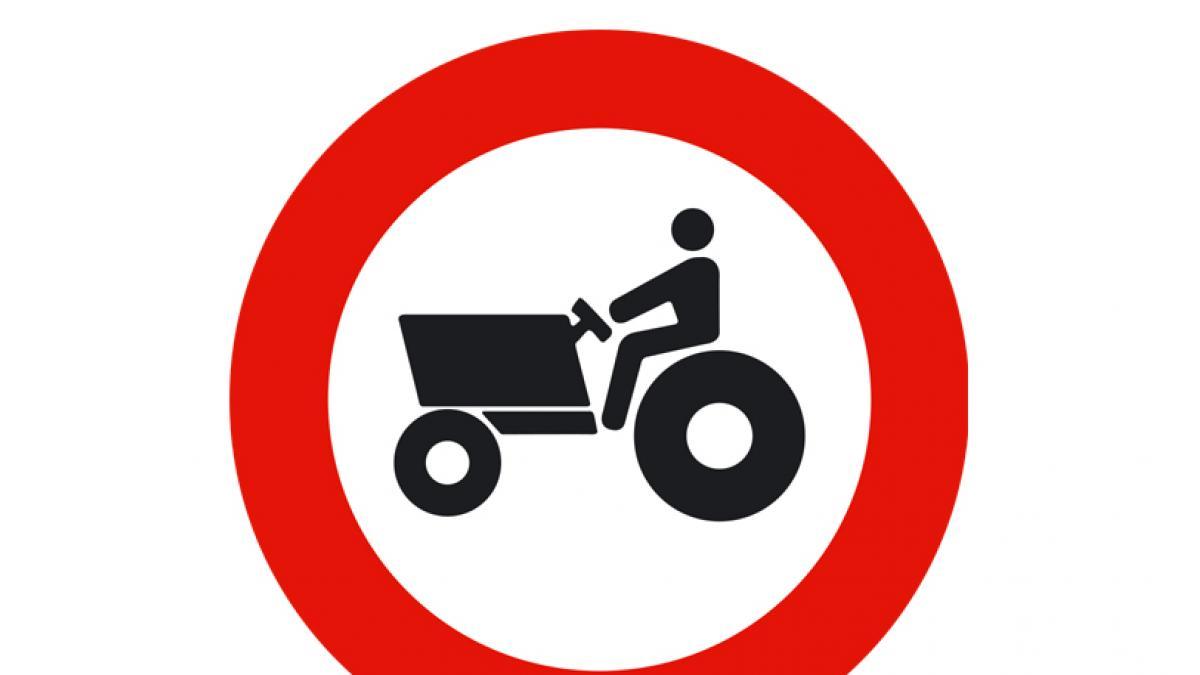 Señal que prohíbe la circulación de tractores por una determinada vía, en la que la Fiscalía ve un claro ejemplo de machismo.