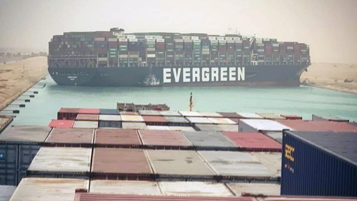 El canal de Suez, colapsado: uno de los mayores cargueros del mundo se  atraviesa y atasca el tráfico mundial