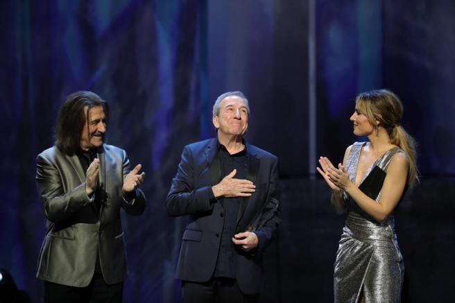 El cantante y compositor José Luis Perales, acompañado por el músico, compositor y director de orquesta, Luis Cobos, y la cantante Edurne, tras recibir el Premio de Honor, durante la entrega de los primeros Premios Odeón, en el Teatro Real de Madrid.