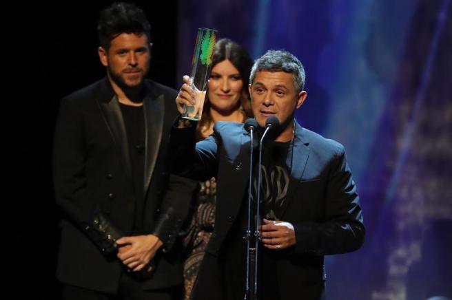 El cantante y compositor Alejandro Sanz, tras recibir el premio Odeón al álbum de mayor éxito comercial en España en 2019, por su trabajo '#ElDisco'.