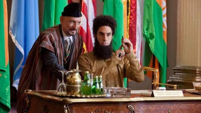 Sacha Baron Cohen y Ben Kingsley en 'El dictador'.