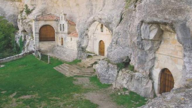La Ermita de San Tirso y San Bernabé se encuentran junto a la cueva de San Bernabé.