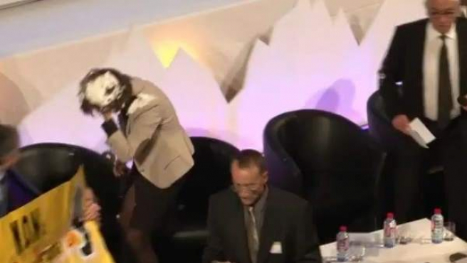 Opositores al TAV agreden a tartazos a la presidenta navarra, Yolanda Barcina.