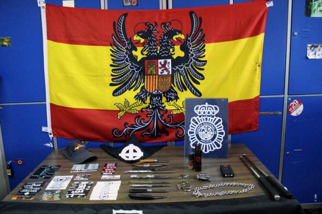 Material incautado a los 16 detenidos, integrantes del grupo de extrema derecha Skin Retiro, acusados por más de 40 hechos delictivos.