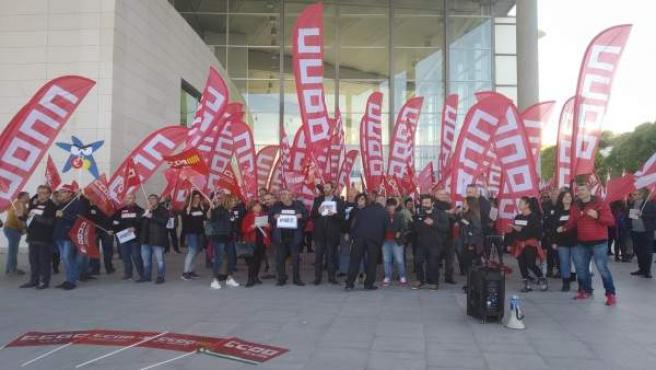Los trabajadores muestran 'indignación' en ERE ante el consejo de CaixaBank: 'E