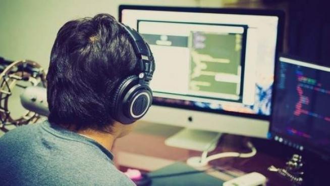Un hombre frente al ordenador.
