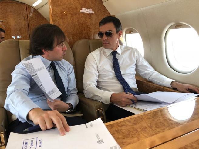 El secretario general de Asuntos Internacionales, Unión Europea, G20 y Seguridad Global, José Manuel Albares, y el presidente del Gobierno, Pedro Sánchez, en un avión Falcon. De archivo.