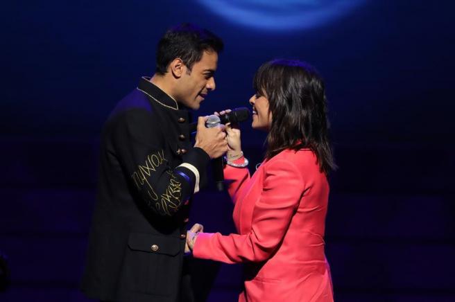 La cantante Vanesa Martín y el mexicano Carlos Rivera, durante su actuación en la gala de la primera edición de los Premios Odeón.