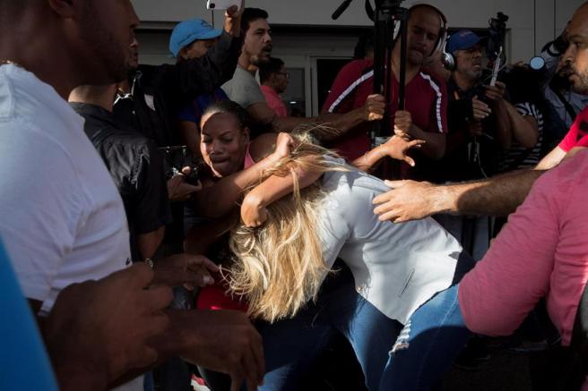 Simpatizantes del Gobierno venezolano se enfrentan a simpatizantes del líder opositor Juan Guaidó en el Aeropuerto Internacional de Maiquetía Simón Bolívar, en Caracas.
