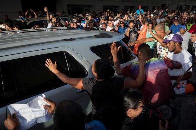 El líder opositor venezolano Juan Guaidó y su esposa, Fabiana Rosales, abandonan en coche el Aeropuerto Internacional de Maiquetía Simón Bolívar, en Caracas.