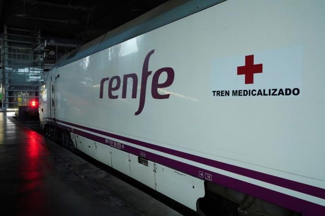 Exterior de uno de los trenes medicalizados para trasladar enfermos de COVID-19