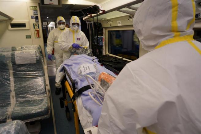 Recreación del transporte de un enfermo en el tren medicalizado.