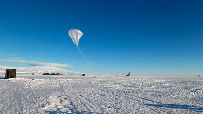 El globo gigante utilizado por los científicos para transportar el dispositivo ANITA por encima de la Antártida.