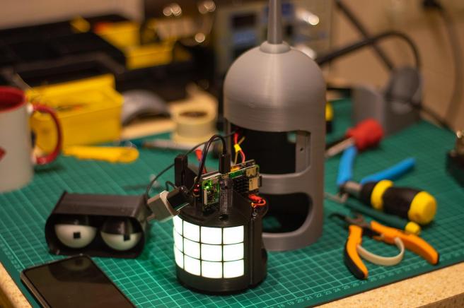 Dentro de Bender hay una Raspberry Pi Zero W que ejecuta el software.