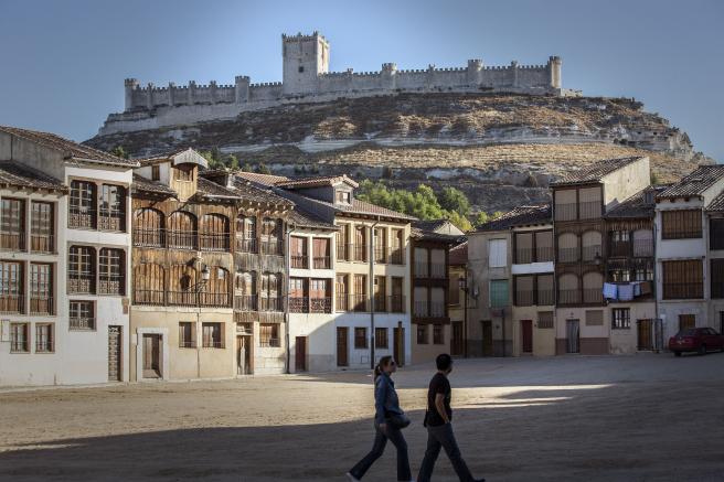 Imagen de archivo de la plaza del Coso de Peñafiel, con el castillo al fondo.