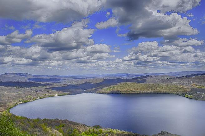 Es el lago glaciar más grande de la Península Ibérica y es de una gran belleza, llegando a impresionar hasta al mismo Unamuno. Su profundidad máxima es de 53 metros y el entorno es espectacular. (Foto: Wikipedia/M.Peinado).