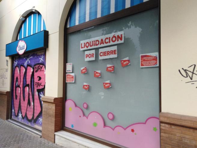 Comercio en liquidación por cierre en la calle Silencio de Sevilla.