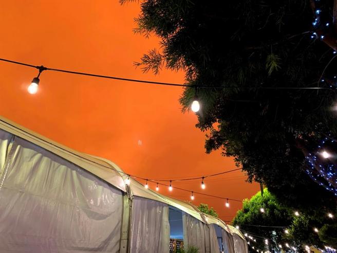 Cielo teñido de color naranja sobe la ciudad de San Francisco, a causa del humo de los incendios en California y de la niebla.
