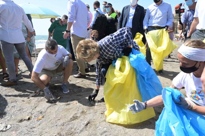 La reina Sofía participa en la limpieza de la Cala del Moral (Málaga) en el inicio de la campaña '1m2 por las playas y los mares'.