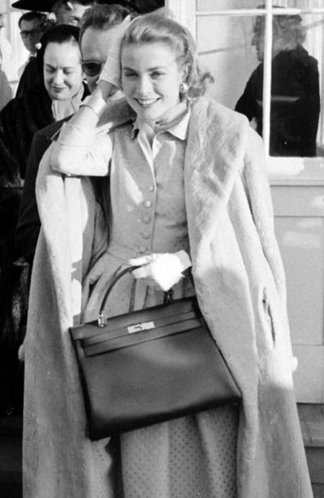 Grace Kelly en 1956, con el mítico bolso de Hermès al que prestó su nombre.
