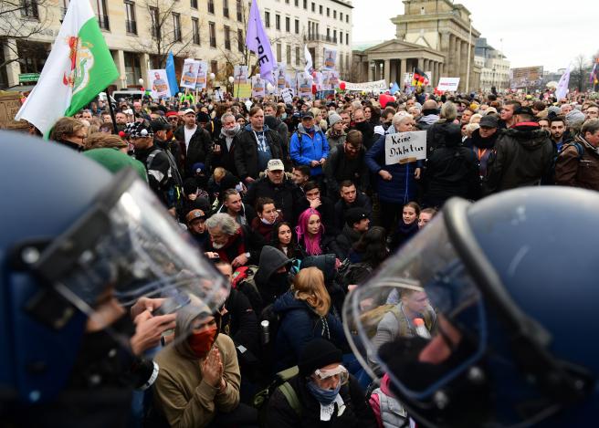 Manifestantes protestan contra las restricciones para frenar la Covid en Berlín