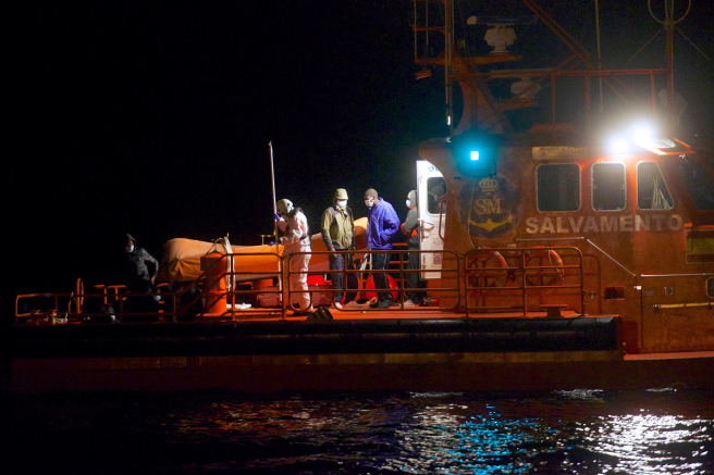 Inmigrantes trasladados al puerto de Gran Tarajal (Fuerteventura), tras ser rescatados por Salvamento Marítimo.