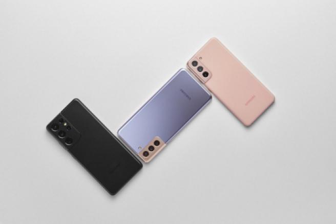 El Samsung Galaxy S21 Ultra (negro), el S21+ (violeta) y el S21 (rosa)