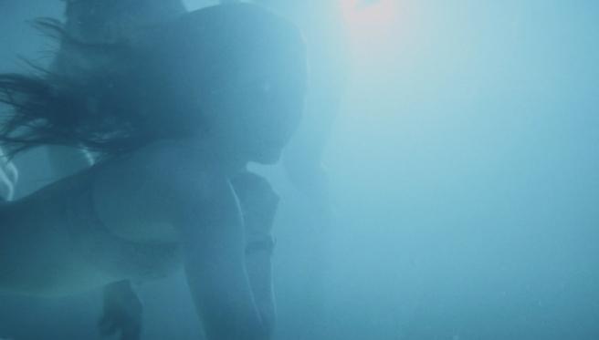 Kaitlyn Dever en una escena de 'Súper empollonas'