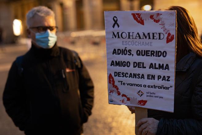 Cartel en recuerdo de Mohammed, el hombre que vivía en la calle y que falleció en la Barceloneta a causa del frío.