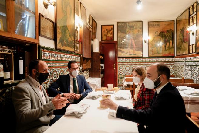 El vicepresidente Aguado con los consejeros Giménez y Rivera de la Cruz, este jueves, en el restaurante Malacatín.