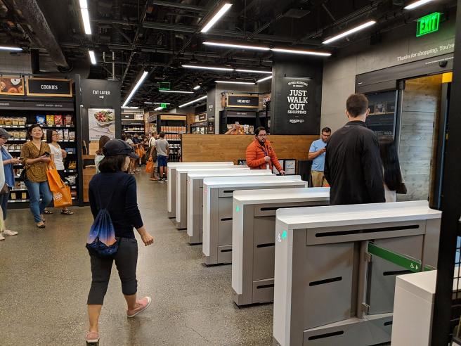 Tornos de salida de un supermercado Amazon Go en Seattle.