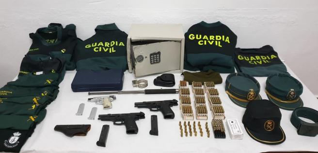 Tres armas, una caja fuerte, uniformes y otro enseres incautados por la Guardia Civil tras el robo en el puesto de Villafranca de los Caballeros (Toledo).