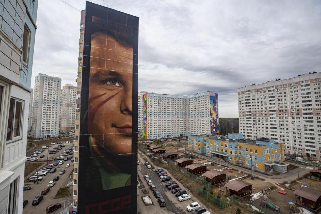 Grafiti de 60 metros de altura que conmemora la llegada de Gagarin al espacio.