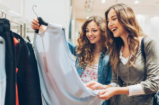 Archivo - Dos chicas en una tienda mirando ropa