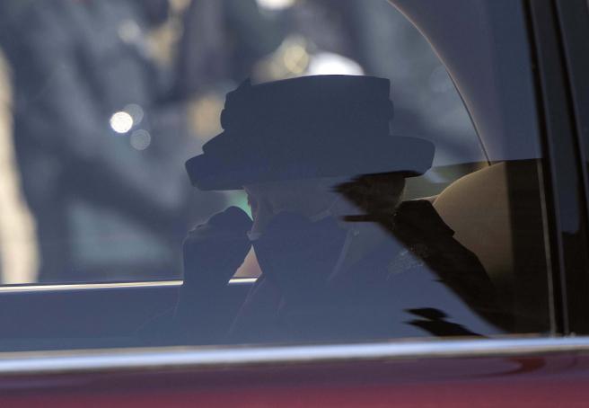 La llegada de la reina al funeral de su esposo.