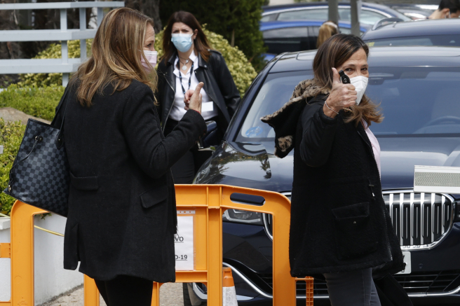 Amalia y Celia García Obregón a la salida del hospital para recoger a su madre, Ana María.