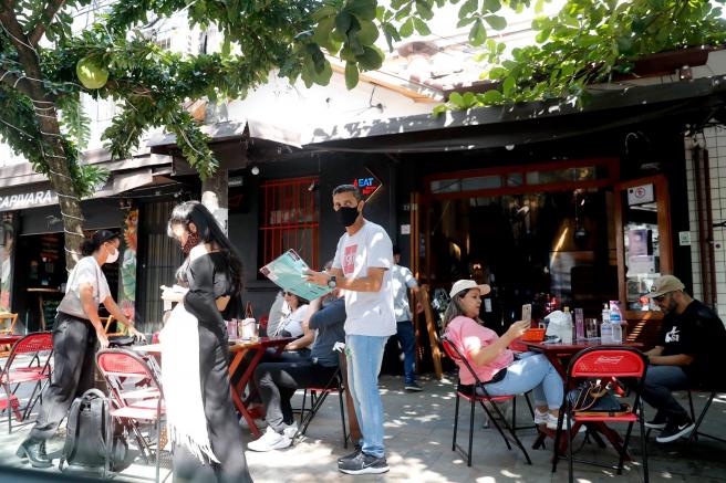 Bares y restaurantes reabiertos en Sao Paulo (Brasil), tras el cierre por la pandemia de covid-19.