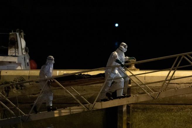 Traslado al muelle de Los Cristianos, en Tenerife, de uno de los 24 cadáveres hallados en una canoa ubicada a 490 kilómetros de la isla de El Hierro.
