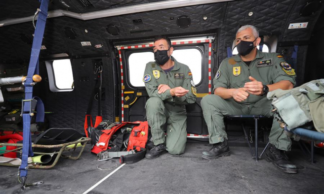El Sargento Primero Fernando Rodríguez y el Cabo Primero Juan Carlos Serrano, los dos rescatistas de la Fuerza Aérea que derribaron la canoa ubicada en Canarias con 24 cuerpos a bordo, para recuperar a los tres sobrevivientes.