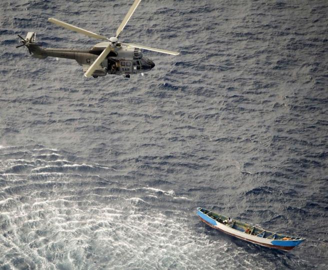 Un helicóptero del Ejército del Aire rescata a los tres supervivientes de una canoa a 490 kilómetros de la isla de El Hierro con 24 cadáveres a bordo.