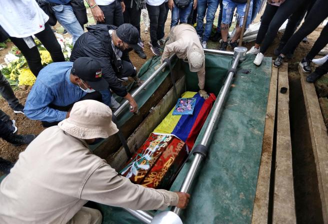Entierro cerca de Cali (Colombia) de un hombre que murió tras recibir un disparo en la cabeza durante las protestas contra la reforma fiscal propuesta por el gobierno colombiano.
