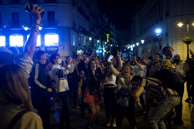 Jóvenes celebrando en la Puerta del Sol.