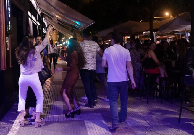 En Sevilla, además de vencer el toque de queda, el sábado entró en vigor un nuevo horario para los bares, que podían abrir hasta las 00.00 h, y para las discotecas, hasta las 02.00 h. Sin embargo, a medianoche también se convocaron botellones masivos por distintos puntos de la ciudad.