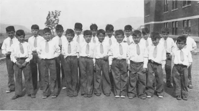 Niños en la escuela residencial Kamloops Native Children's, Columbia Británica, Canadá, en 1944.