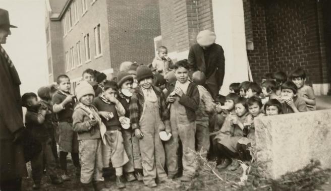 Un grupo de niños en la Escuela Residencial para Niños Nativos de Kamloops, Columbia Británica, Canadá, en 1931.